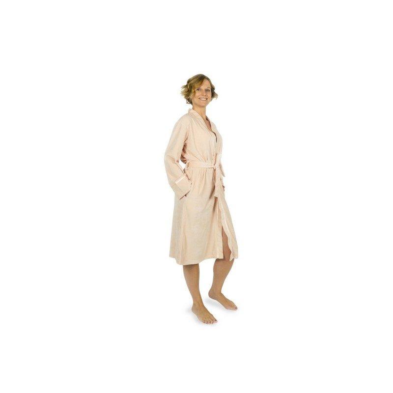Ženski bade mantil od izuzetno ugodnog i mekog materijala, sa glatkom sjajnom površinom. Sa dekorativnom saten trakom, bočnim džepovima i pojasom za vezivanje. Roze boja. Veličine: S, M, L i XL.