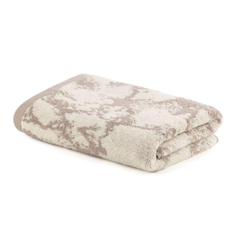 Doživite luksuzni komfor u svom kupatilu! Kvalitetni pamučni frotir Prima J je izdržljiv, mekan, upijajući i brzo se suši. Sa motivom žakard mramora i završnom braon ivicom. Peškir se može prati na 60 °C.