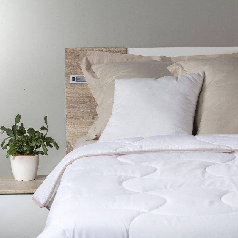 Celogodišnji pokrivač SleepBamboo aa bambusovim vlaknima, oduševiće vas udobnošću u svim godišnjim dobima. Kombinacija kvalitetnih mikrovlakana i prirodnih bambusovih vlakana, sa izuzetnom sposobnošću odvajanja vlage i apsorpcije, pruža komfor onima koji se mnogo znoje tokom sna. Pokrivač se u potpunosti pere na 60 °C.