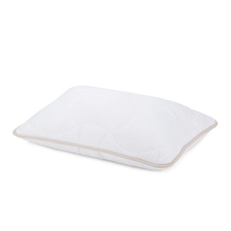 Klasični jastuk SleepBamboo će vas sigurno uveriti u svestranost, jer je pogodan za sve položaje spavanja. Bambusova vlakna su ušivena u navlaku, što pruža izuzetnu prozračnost i produžava trajnost i vek jastuka. Jastuk je potpunosti periv na 60 ° C.