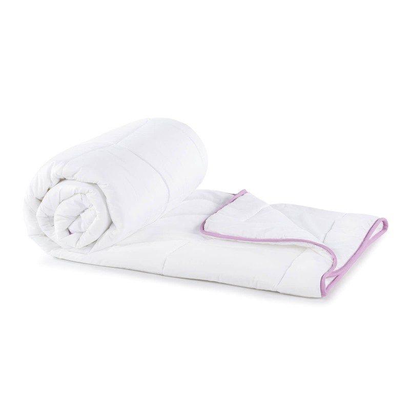 Celogodišnji pokrivač Lavanda Provansa, oduševiće vas udobnošću u svim godišnjim dobima. Visokokvalitetna mikrovlakna ClimaFill u punjenju, osiguravaju mekoću i volumen pokrivača i daju dodatnu prozračnost, što sredinu za spavanje čini suvom. Nežan miris lavande umiruje, uklanja iscrpljenost i nesanicu, pruža dodatnu udobnost. Prekrivač se u potpunosti pere na 60 °C.
