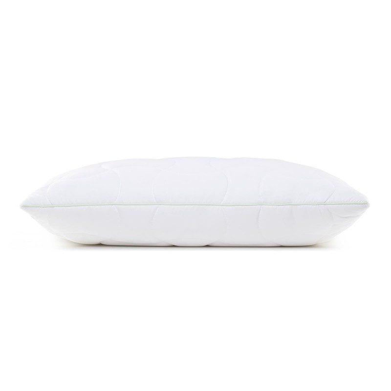 Klasični jastuk Aloe Vera ClimaFill će vas sigurno uveriti svojom svestranošću, jer je pogodan za sve položaje i sve one koji vole da savijaju i okreću jastuk tokom spavanja. Navlaci jastuka je dodata esencija aloe vere, za umirujući osećaj dok spavate. Jastuk je potpunosti periv na 60 °C.