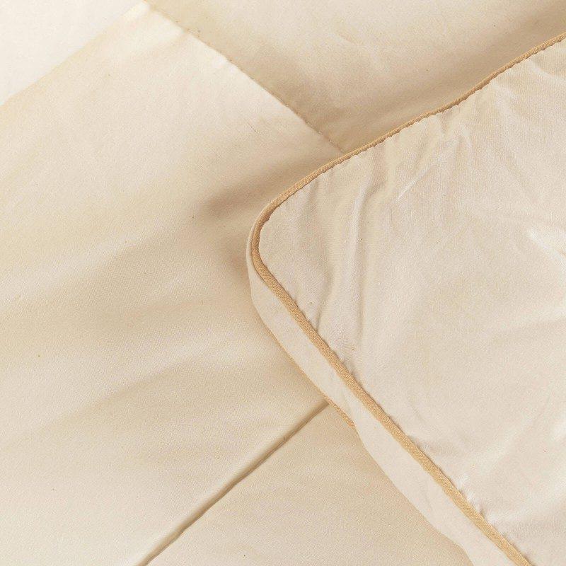 Zimski pokrivač Bamboo Winter od bambusovih vlakana, oduševiće vas udobnošću u hladnim periodima. Pokrivač od bambusa je odličan izbor za sve koji vole prirodne materijale. 100% nebeljeni pamuk i bambusova vlakna sa izuzetnim kapacitetom odvajanja vlage i apsorpcije, pružaju komfor onima koji se mnogo znoje tokom sna. Pokrivač se potpuno može oprati na 60 °C.