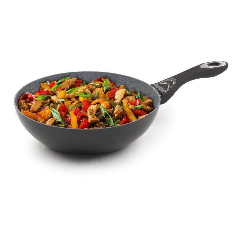 Vok prečnika 28 cm spada u rang premijum posuđa, sa inovativnim i tehnološki naprednim hrapavim mineralnim premazom, razvijenim u Švajcarskoj. Neprianjajući premaz sa izgledom vulkanskog kamena, omogućava prirodan način kuvanja i pečenja sa malo masti. Hrana na taj način zadržava sve vitamine i minerale, koji našem telu trebaju za zdrav život. Pogodno za sve površine za kuvanje, uključujući indukciju, lako se čisti, čak i u mašini za pranje sudova. Sve Black Lava Stone posude, bazirane su na višeslojnoj strukturi, što garantuje dug životni vek i visok nivo otpornosti i izdržljivosti.