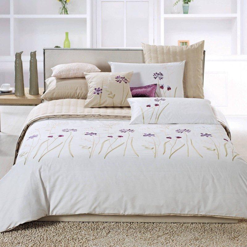 Pamučno satenska posteljina Anna odličnog kvaliteta, u beloj boji, sa izvezenim cvećem, dodaje novi šarm svakoj spavaćoj sobi. Najkvalitetniji pamuk satenske obrade. Dostupna i u nestandardnim dimenzijama.