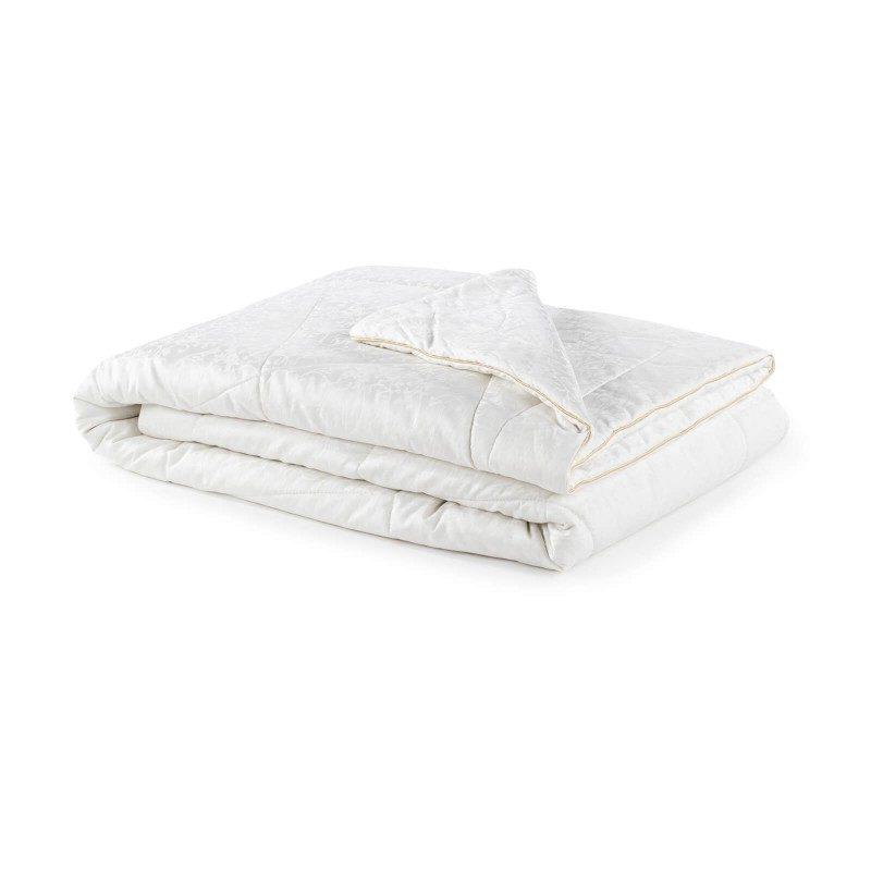 Celogodišnji svileni pokrivač Royal Sleep Diana, oduševiće vas udobnošću i luksuzom najkvalitetnije svile tokom cele godine. Svileni pokrivač je savršen izbor za sve koji cene prirodne materijale. Prirodna mulberry svila u punjenju, diše uz vas i ima odlične mogućnosti kontrole temperature, kako bi se osigurao ugodan san i maksimalan komfor. Pokrivač se u potpunosti pere na 30 °C.