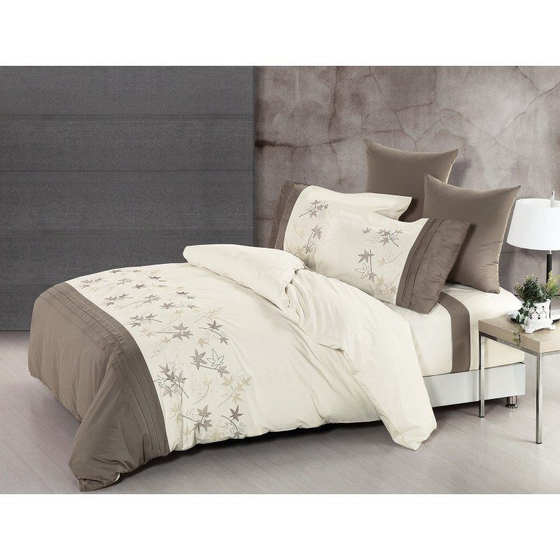 Predivna posteljina izrađena od kvalitetnog 100% pamuka. Očaraće vas nežnim detaljima i diskretnim bojama. Dostupna u 2 dimenzije: 140x200 i 200x200 cm. Sadrži jorgansku navlaku i jastučnicu/ce.