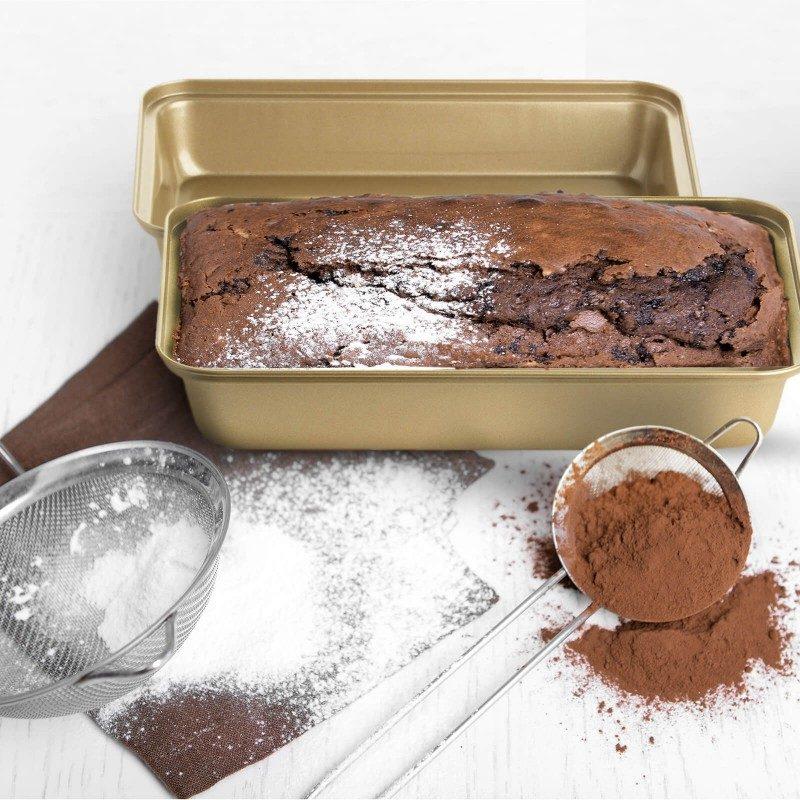 Set dva univerzalna pekača Rosmarino Baker Gold, izrađeni su od visokokvalitetnog karbonskog čelika i modernog izgleda u zlatnoj boji, biće vaš novi nezamenjivi pomoćnici za pečenje. Neprianjajući premaz sa efektom vrućeg kamena, daje jedinstven pristup pečenju. Hrana se tako neće lepiti za posude i lako ćete je izvaditi bez upotrebe kuhinjskog pribora. Pekači su zahvaljujući svom sastavu od karbonskog čelika, otporni na visoke temperature i do 240 °C, pogodni za skladištenje u frižideru. Idealani za pečenje mesa, ribe, povrća i drugih jela.