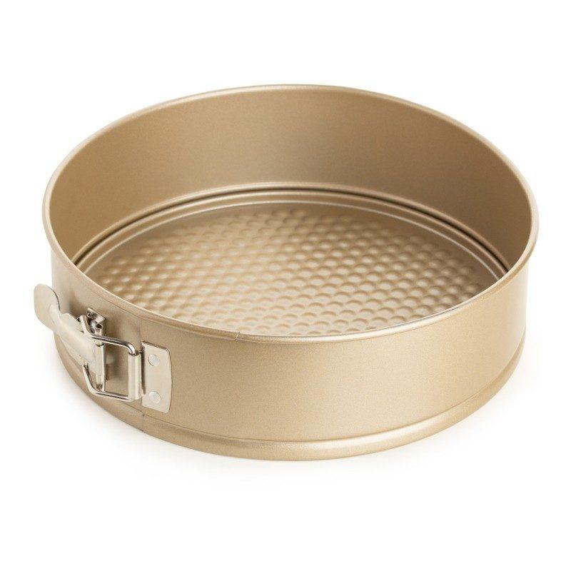 Kalup za tortu Rosmarino Baker Gold prečnika 28 cm, izrađen od visokokvalitetnog karbonskog čelika i modernog izgleda u zlatnoj boji, biće vaš novi nezamenjivi pomoćnik za pečenje. Neprianjajući premaz sa efektom vrućeg kamena, daje jedinstven pristup pečenju. Hrana se tako neće lepiti za posudu i lako ćete je izvaditi bez upotrebe kuhinjskog pribora. Pekač ima odvojivi obod, koji se može lako ukloniti i sa zatvaračem od nerđajućeg čelika, koji sprečava izlivanje sadržaja tokom pečenja. Zahvaljujući svom sastavu od karbonskog čelika, koji je otporan na visoke temperature i do 240 °C, a pogodan je i za skladištenje u frižideru. Idealan za pečenje torti, kolača i drugih poslastica.