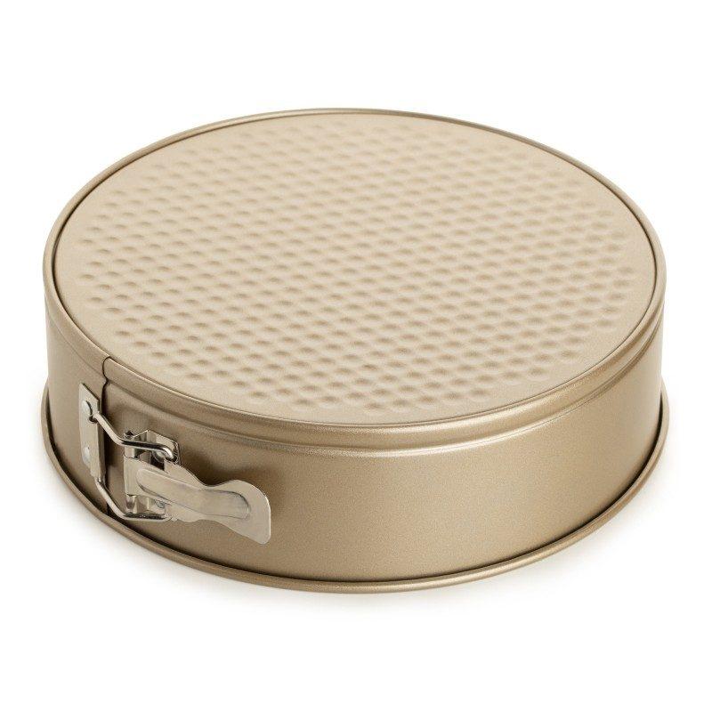 Kalup za tortu Rosmarino Baker Gold prečnika 24 cm, izrađen od visokokvalitetnog karbonskog čelika i modernog izgleda u zlatnoj boji, biće vaš novi nezamenjivi pomoćnik za pečenje. Neprianjajući premaz sa efektom vrućeg kamena, daje jedinstven pristup pečenju. Hrana se tako neće lepiti za posudu i lako ćete je izvaditi bez upotrebe kuhinjskog pribora. Pekač ima odvojivi obod, koji se može lako ukloniti i sa zatvaračem od nerđajućeg čelika, koji sprečava izlivanje sadržaja tokom pečenja. Zahvaljujući svom sastavu od karbonskog čelika, koji je otporan na visoke temperature i do 240 °C, a pogodan je i za skladištenje u frižideru. Idealan za pečenje torti, kolača i drugih poslastica.