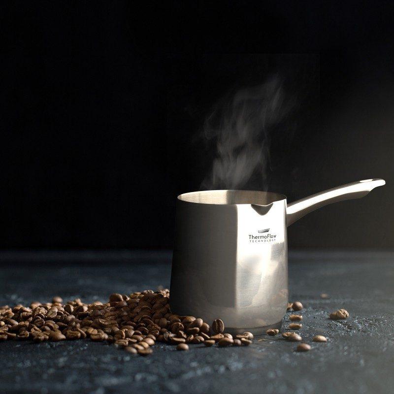 Čeličnu džezvu Pour&Cook prečnika 10 cm i zapremine 700 ml odlikuje neuništiv, nerđajući čelik 18/10 i 3-slojno dno, koje omogućava brzo, ravnomerno zagrevanje i kraće vreme kuvanja. Tehnologija ThermoFlow omogućava odličnu distribuciju toplote po celoj površini posude i na taj način obezbeđuje ravnomerno kuvanje. Pogodna za sve površine za kuvanje, uključujući indukcionu. Lako se čisti i može se oprati i u mašini za pranje sudova.