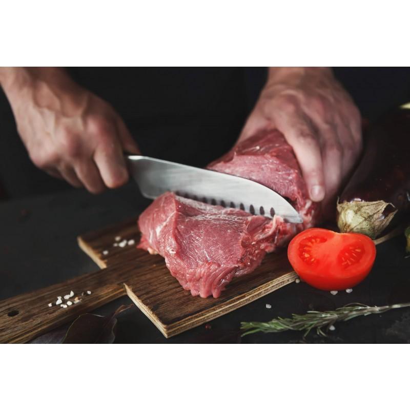 Kuhinjski nož je napravljen od nerđajućeg čelika visokog kvaliteta. Njegova prednost je dvostrano naoštreno sečivo, pod uglom od 15° za dugotrajnu oštrinu i izdržljivost. Santoku oblik noža karakteriše sečivo šire nego inače i smatra se višenamenskim kuhinjskim nožem, koji je izuzetno popularan u japanskoj kuhinji. Dužina sečiva 18 cm.