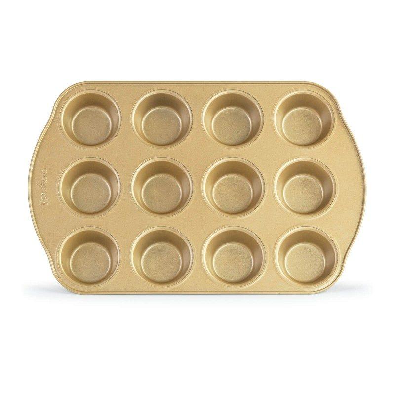 Pekač za 12 mafina Rosmarino Baker Gold, izrađen od visokokvalitetnog karbonskog čelika i modernog izgleda u zlatnoj boji, biće vaš novi nezamenjivi pomoćnik za pečenje. Neprianjajući premaz sa efektom vrućeg kamena, daje jedinstven pristup pečenju. Hrana se tako neće lepiti za posudu i lako ćete je izvaditi bez upotrebe kuhinjskog pribora. Zahvaljujući svom sastavu od karbonskog čelika, koji je otporan na visoke temperature i do 240 °C, a pogodan je za skladištenje u frižideru. Idealan za mafine, mini tortica i drugih poslastica.