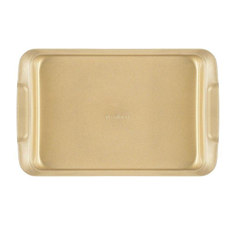 Veći pekač Rosmarino Baker Gold, izrađen od visokokvalitetnog karbonskog čelika i modernog izgleda u zlatnoj boji, biće vaš novi nezamenjivi pomoćnik za pečenje. Neprianjajući premaz sa efektom vrućeg kamena, daje jedinstven pristup pečenju. Hrana se tako neće lepiti za posudu i lako ćete je izvaditi bez upotrebe kuhinjskog pribora. Pekač je zahvaljujući svom sastavu od karbonskog čelika, otporan na visoke temperature i do 240 °C, a pogodan i za skladištenje u frižideru. Idealan za pečenje mesa, ribe i drugih peciva.