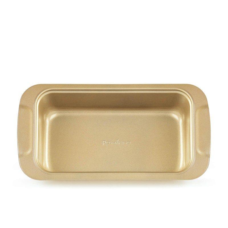 Viši pekač Rosmarino Baker Gold, izrađen od visokokvalitetnog karbonskog čelika i modernog izgleda u zlatnoj boji, biće vaš novi nezamenjivi pomoćnik za pečenje. Neprianjajući premaz sa efektom vrućeg kamena, daje jedinstven pristup pečenju. Hrana se tako neće lepiti za posudu i lako ćete je izvaditi bez upotrebe kuhinjskog pribora. Pekač je zahvaljujući svom sastavu od karbonskog čelika, otporan na visoke temperature i do 240 °C, a pogodan i za skladištenje u frižideru. Idealan za pečenje mesa, hleba i drugih peciva.