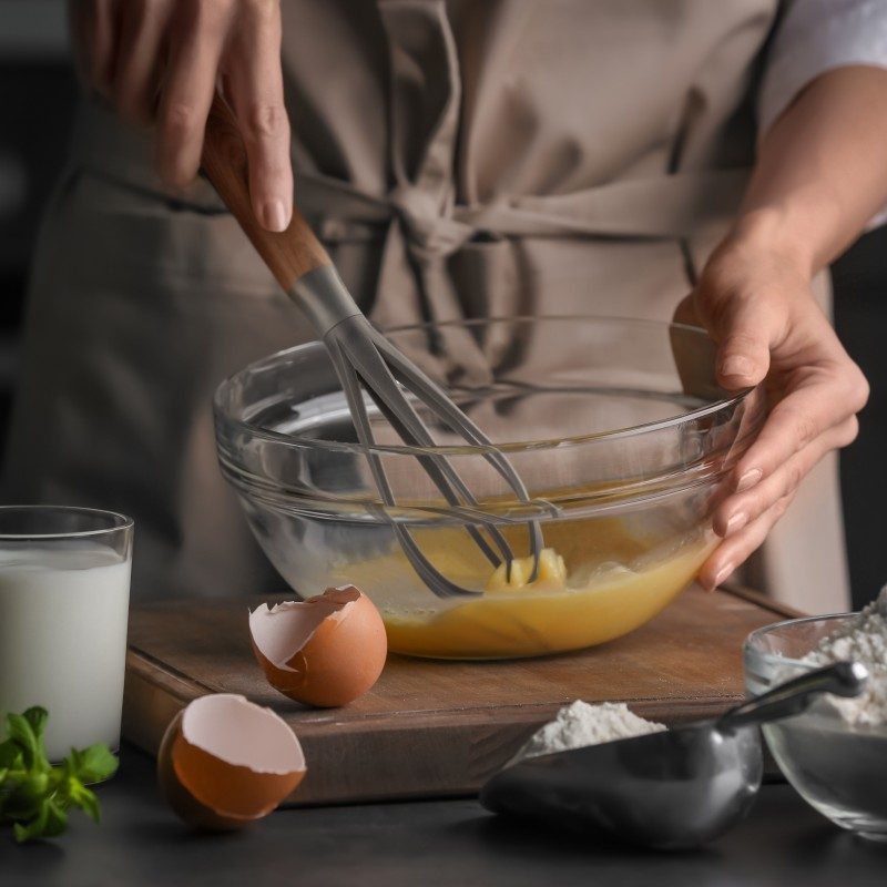 Za mešanje filova, soseva ili pravljenje omleta. Napravljena je od izdržljive i neprijanjajuće plastike i posebno je pogodna za upotrebu u posuđu sa osetljivim premazima. Udobna ručka osigurava još lakše držanje i upotrebu.