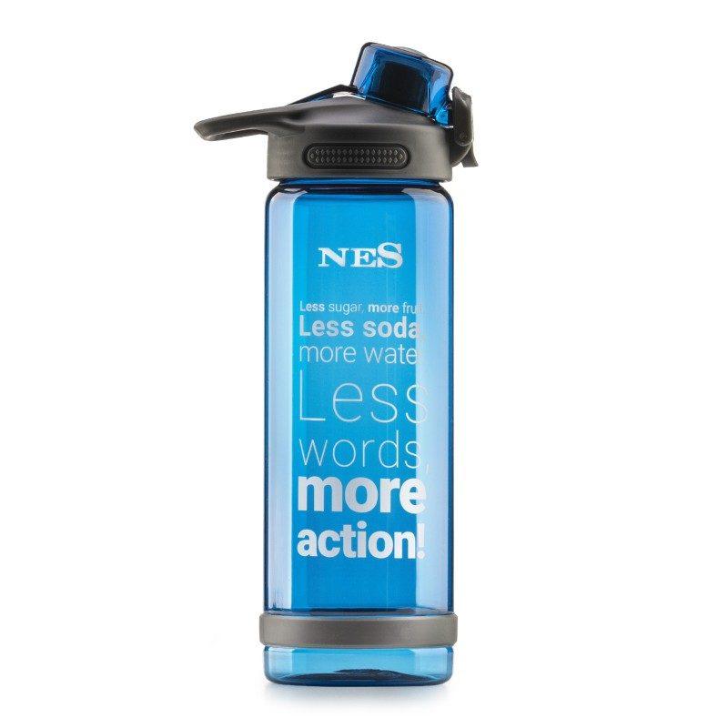 Praktična flašica od izdržljivog tritana će biti vaš omiljeni pratilac na putu do škole, posla, na izletima ili u teretani. Bez obzira na položaj, flašica ne ispušta tečnost. Pritiskom na dugme, jednostavno se otvara poklopac, što je idealno za bilo koju sportsku aktivnost ili vežbanje. Materijal od kog je napravljena, ne sadrži štetne materije. Plava boja.