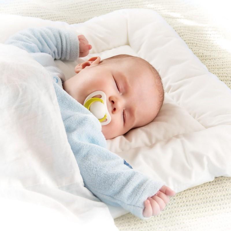 Set dečijeg jastuka i pokrivača Meow prikladan je za spavanje tokom prvih dečijih meseci. Jastuk zbog svoje visine i oblika pruža punu potporu glavi, nizak je i mekan, pomaže bebi da mirnije spava. Neobrađena pamučna tkanina potpuno je prirodna i prikladna za osetljivu dečiju kožu. Bambusova vlakna u punjenju savršeno upijaju vlagu i održavaju prostor za spavanje svežim. Kombinacija nebeljenog pamuka i bambusovih vlakana osigurava da se vaše dete ne znoji dok spava. Deo mikrovlakana u punjenju osiguravaju mekoću i povećavaju prozračnost. Set je u celosti periv na 60 ° C, a takođe je prikladan za decu s alergijom i astmatičare.