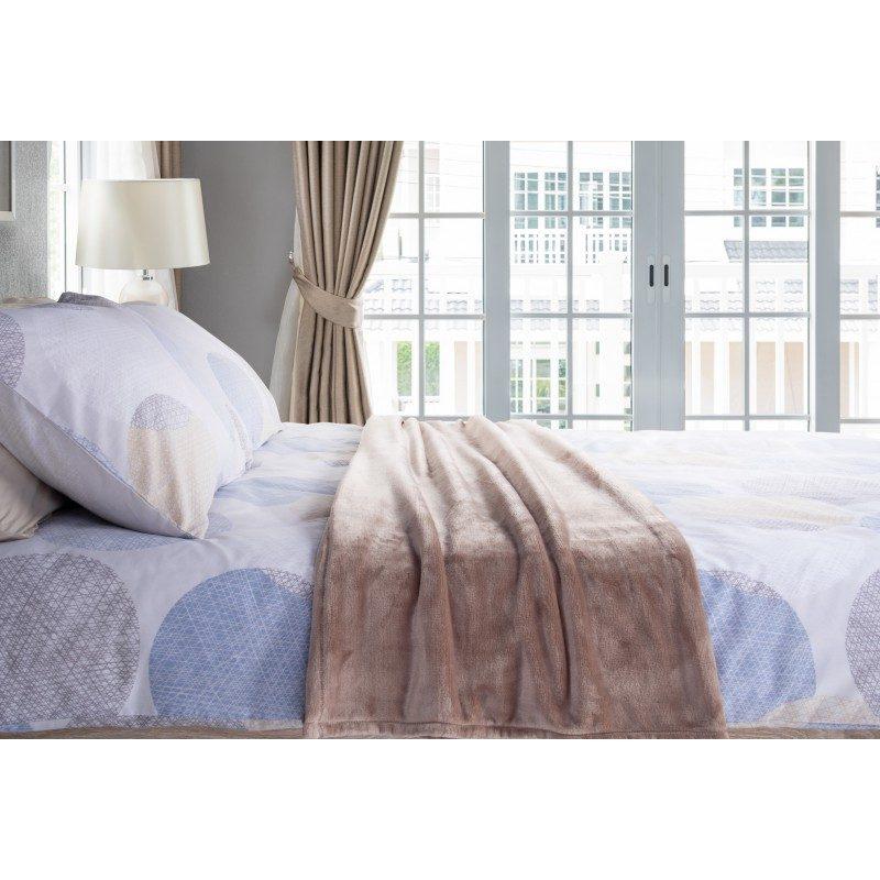 Mekani dekorativni prekrivač od visokokvalitetnog mikrofibera, za prijatne trenutke udobnosti i opuštanja na svakom koraku: u spavaćoj sobi, dnevnoj sobi, na putovanju ili na izletu. Različite boje za svaki kutak vašeg doma. Dekorativni prekrivač može biti i odličan poklon koji će oduševiti vaše najmilije. Braon boja.