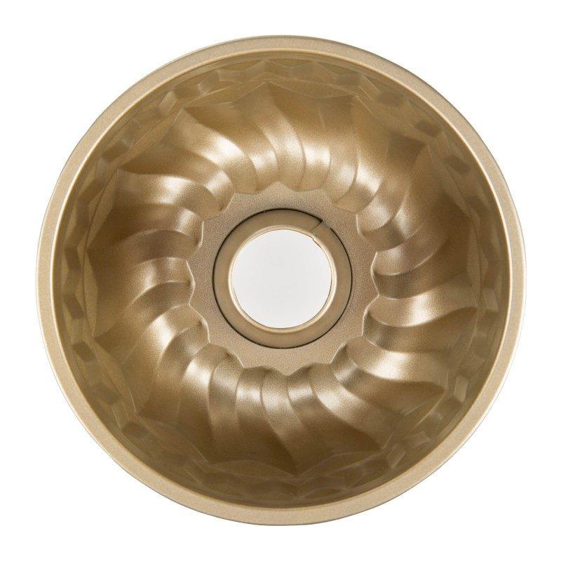 Kalup za kuglof Rosmarino Baker Gold, izrađen od visokokvalitetnog karbonskog čelika i modernog izgleda u zlatnoj boji, biće vaš novi neophodni pomoćnik za pečenje. Neprianjajući premaz sa efektom vrućeg kamena, daje jedinstven pristup pečenju, jer ćete moći da pečete bez upotrebe masnoće. Hrana se tako neće lepiti za kalup i lako ćete je izvaditi bez upotrebe kuhinjskog pribora. Kalup je zahvaljujući svom sastavu od karbonskog čelika, otporan na visoke temperature i do 240 °C, a pogodan i za skladištenje u frižideru. Idealan za pečenje kuglofa i ostalih sličnih peciva.