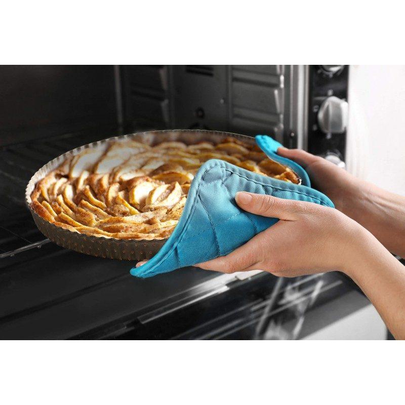 Pekač za pitu Rosmarino Baker Gold, od visokokvalitetnog karbonskog čelika i modernog izgleda u zlatnoj boji, biće vaš novi nezamenljivi pomoćnik za pečenje. Neprianjajući premaz sa efektom vrućeg kamena, daje jedinstven pristup pečenju, jer ćete moći da pečete bez upotrebe masnoće. Hrana se neće lepiti za kalup i lako ćete je izvaditi bez upotrebe kuhinjskog pribora. Kalup je zahvaljujući svom sastavu od karbonskog čelika, otporan na visoke temperature do 240 °C, a i pogodan za skladištenje u frižideru. Idealan za pečenje pita i ostalih sličnih peciva i hrane.