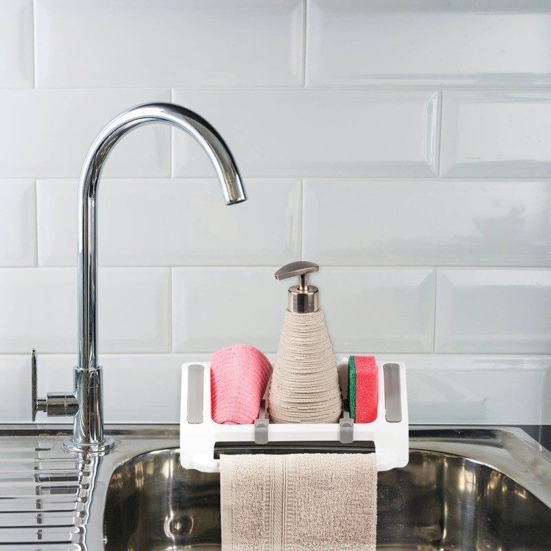 Mali, ali izuzetno zgodan kuhinjski organajzer za odlaganje sredstava za čišćenje. Pojedinačni i podesivi odeljci za različite tipove kuhinjskog pribora, olakšavaju skladištenje svih neophodnih sredstava za čišćenje. Praktičan držač je savršen za vešanje kuhinjske krpe. Organajzer možete lako fiksirati na kuhinjski pult, zid ili sudoperu, gde god vam odgovara. Najpogodniji i najjednostavniji način za skladištenje sunđera, deterdženata i drugih sredstava za čišćenje - sve na jednom mestu.