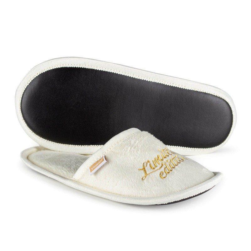 Lagane papuče za velika ili mala stopala, za maksimalni komfor u domu! SoftTouch sobne papuče, napravljene su od visokokvalitetnih mikrovlakana, koji vam daje odličan osećaj mekoće i udobnosti. Papuče u jednoj boji sa natpisom i mekanim đonom po svačijem ukusu. Dostupne su u različitim bojama i pogodne su i za muškarce, žene i decu. Papuče se mogu oprati u veš mašini na 40 °C.