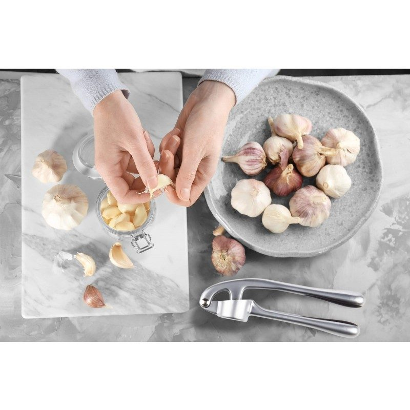 Presa za luk je koristan kuhinjski pribor, sa kojim više nećete seckati luk ručno, već ćete ga u presi brzo usitniti. Potpuno nerđajući čelik sa silikonskom oblogom na držaču, koji sprečava klizanje i osigurava bolje prianjanje.