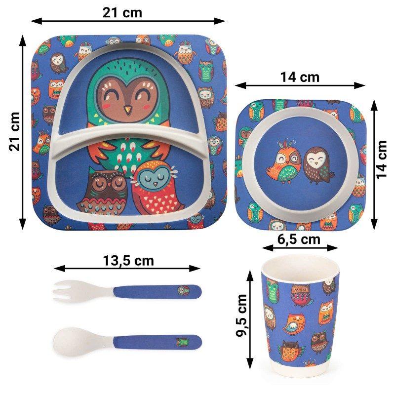 Nikada nije bilo lakše naučiti dete kako pravilno da sedi za stolom, drži kašiku i jede samostalno. 5-delni dečji set od prirodnog bambusa Rosmarino, izrađen je od kukuruznog skroba i prirodnih bambusovih vlakana, koji su u potpunosti biorazgradivi i ekološki prihvatljivi. Set je prikladan za prve obroke deteta, gde će mu u pomoći simpatični životinjski motivi, koji će hranjenje učiniti još prijatnijim. Dečji set sadrži tanjir, posudu, šolju, malu kašiku i viljušku - sve što je potrebno za kvalitetan obrok za dete. Set ne sadrži petrohemijske materije i BPA, ne ostavlja ukus na hrani, izuzetno je čvrst, ali istovremeno lak za nošenje. Set se jednostavno pere pod tekućom vodom ili u sudomašini.