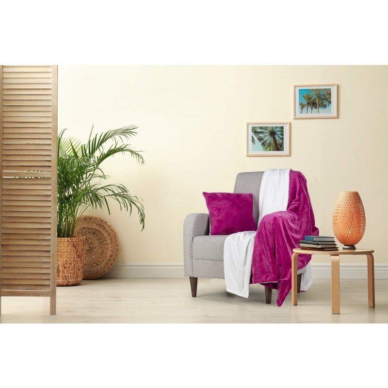 Mekani i topli set dekorativnog prekrivača i jastuka Beatrice Solid, od kvalitetnih mikrovlakana za prijatne trenutke udobnosti i opuštanja na svakom koraku: u spavaćoj ili dnevnoj sobi, na putovanju ili na pikniku. Prekrivač i jastuk možete upotrebljavati na obe strane. Na jednoj strani je izuzetno mekana tkanina u beloj boji, a na drugoj predivna boja. Set dekorativnog prekrivača i jastuka može poslužiti i kao odličan poklon, koji će razveseliti bilo koga vama dragog. Ceo set je periv na 30 °C.