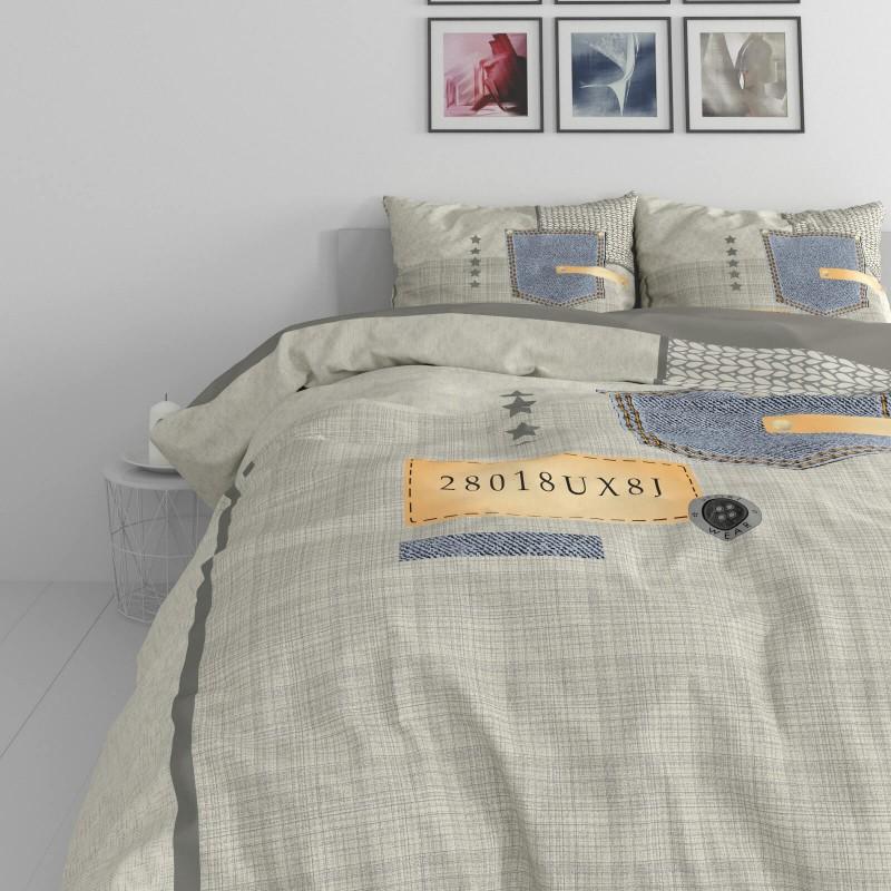 Vreme je za potpuno uživanje u modernim pamučnim posteljinama! Posteljina Jeans Pocket napravljena je od renforce platna, koje se smatra mekanom tkaninom i lakom za održavanje. Očaraće vas modernim dizajnom sa džins motivima. Posteljina je periva na 40 °C.