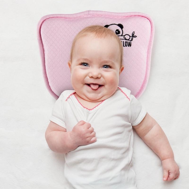 Anatomski oblikovan jastuk za bebe prilagođen je za spavanje u prvim mesecima detinjstva (do jedne godine starosti), kada je potrebna najveća pažnja u izboru jastuka za bebe i određivanju najboljeg položaja za spavanje u krevetiću. Jastuk od memorijske pene se zahvaljujući svom sastavu savršeno uklapa za detetovu glavu, a udubljenje u sredini služi kao prevencija protiv plagiocefalije i brahicefalije. Konkavno oblikovana sredina ravnomerno raspoređuje pritisak i štiti osetljivu bebinu glavu. Perforirana struktura jezgre omogućava lakše disanje i lakši prolazak vazduha. Navlake za jastuke  od bambusovih vlakana smanjuju znojenje i prijatni su za bebinu nežnu kožu. Set dolazi sa dodatnim navlakama i nalepnicama za simpatično dokumentiranje  detetovog razvoja. Navlake za jastuke se mogu prati na 40 °C.