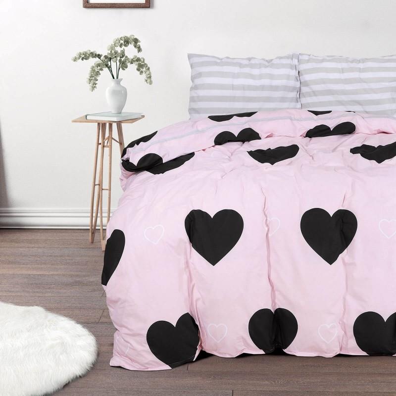 Vreme je za potpuno uživanje u modernim pamučnim posteljinama! Posteljina Rose Hearts od renforce platna, mekane tkanine, jednostavna za održavanje. Neka vas oduševi moderan dizajn sa srcima za udoban i ugodan san. Posteljina je periva na 40 °C.