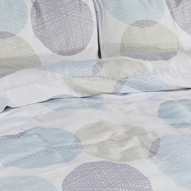 Vreme je za potpuno uživanje u modernim pamučnim posteljinama! Posteljina Emily od mekanog pamučnog satena, koji je satkan od visokokvalitetnog, tankog tkanja. Posteljina od satena je prekrasan ukras vaše spavaće sobe, a u isto vrijeme odličan izbor za udoban i ugodan san. Posteljina je periva na 40°C.