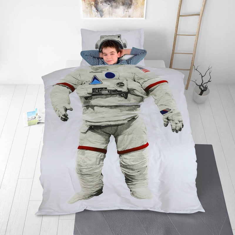 Vreme je za miran i udoban san vaših najmlađih! Pamučna posteljina sa zanimljivim dečijim motivom koji će sigurno oduševiti decu i odvesti ih u čudesnu zemlju snova. Posteljina od renforce platna, mekane tkanine, jednostavne za održavanje. Posteljina je periva na 40 C°.