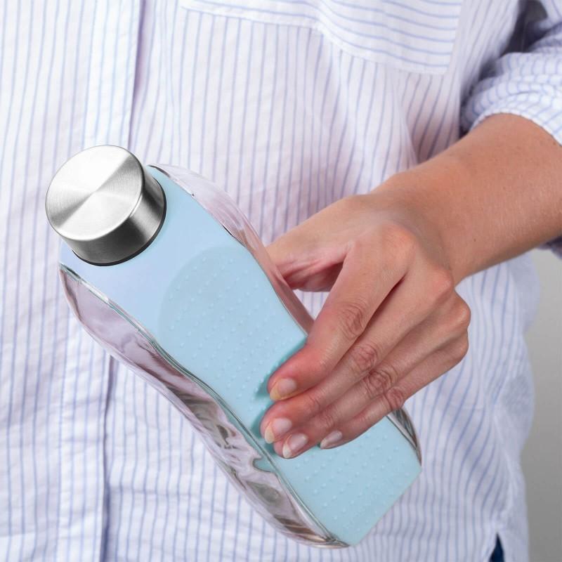 Rosmarino staklena boca od 660 ml za svakodnevnu upotrebu i sve ljubitelje aktivnog i modernog načina života. Moderan dizajn, prozirno i čvrsto staklo za višekratnu upotrebu. Sa dodatnim zaštitnim ovojem koji štiti vašu bocu od udaraca i ostalih mehaničkih oštećenja. Smanjimo korištenje štetne plastike! Odaberite bocu od nepogrešivog i čvrstog stakla koje se jednostavno reciklira.