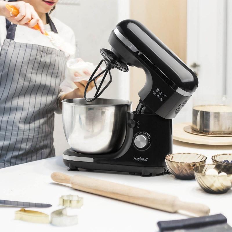 Kuvanje nikada nije bilo lakše. Prepustite se čarima profesionalnog procesora hrane Rosmarino Infinity. Kuhinjski procesor ima odličan kapacitet motora od 1000 W i višesmerno pomeranje miksera za profesionalno mešanje sastojaka. Višenamenski aparat sa 7 različitih brzina i dodatnom impulsnom funkcijom postaće neophodni pomagač u pečenju raznih poslastica, pripremi testa za hleb i testo za picu ili druge sastojke prilikom kuvanja. 3 uključena dodatka - mešalice za mešanje, mešalice za mesenje i kuka za gnetenje koju je izuzetno lako promeniti, pobrinuće se za profesionalnu pripremu. Zahvaljujući čeličnoj posudi od 5500 ml, lako ćete izmeriti sve željene sastojke. Elegantan dizajn u crnoj boji sa detaljima od nerđajućeg čelika ulepšaće svaku modernu kuhinju i postati vaš X faktor na kuhinjskom pultu. Kuhinjski procesor je izuzetno izdržljiv i dugo će služiti čak i sledećim generacijama.