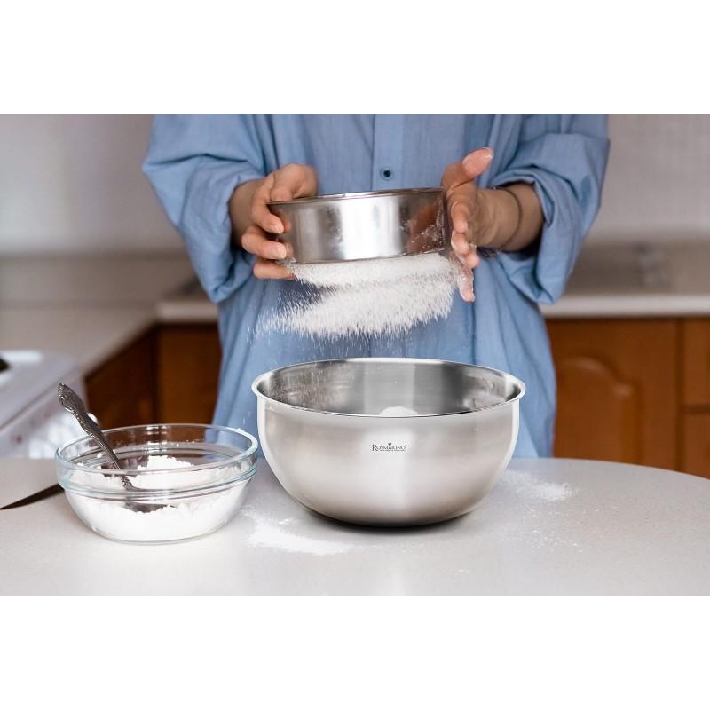 Posuda za mešanje Rosmarino Pour & Cook je savršeno pomagalo za vaše kulinarske veštine. Savršeno za mešanje i pripremu salata, priloga ili mešanje testa za poslastice i razna peciva. Posuda je izrađena od kvalitetnog nerđajućeg čelika, otporna na udarce, oštećenja i mrlje nakon pranja. Pogodan za čuvanje i otporan na niže temperature - čak i zamrzivač. Razveselite porodicu i poslužite razne salate, peciva ili priloge u estetski dizajniranoj posudi. Ne upija mirise.