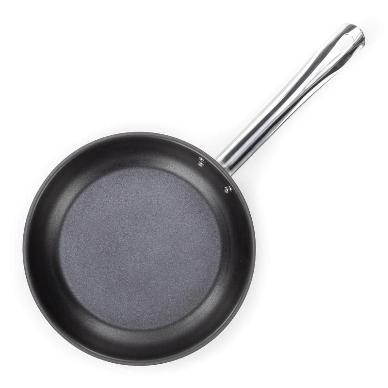 Čelični tiganj Pour&Cook prečnika 24 cm odlikuje neuništiv, nerđajući čelik 18/10 i 3-slojno dno, koje omogućava brzo, ravnomerno zagrevanje i kraće vreme kuvanja. Tehnologija ThermoFlow omogućava odličnu distribuciju toplote po celoj površini posude i na taj način obezbeđuje ravnomerno kuvanje. Neprianjajući premaz ILAG Premium omogućuje prirodan način kuvanja i pečenja uz upotrebu minimalne količine masnoća. Hrana na taj način zadržava sve potrebne vitamine i hranjive vrednosti koje su potrebne za zdrav život. Pogodan je za sve ploče za kuvanje, uključujući indukciju, Jednostavno se pere. Lako se čisti i može se oprati i u mašini za pranje sudova.