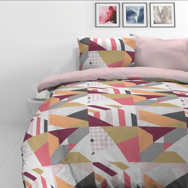 Vreme je za potpuno uživanje u modernim pamučnim posteljinama! Posteljina Rose Lines od mekanog pamučnog satena, koji je satkan od visokokvalitetnog, tankog tkanja. Posteljina od satena je prekrasan ukras vaše spavaće sobe, a u isto vrijeme odličan izbor za udoban i ugodan san. Posteljina je periva na 40°C.
