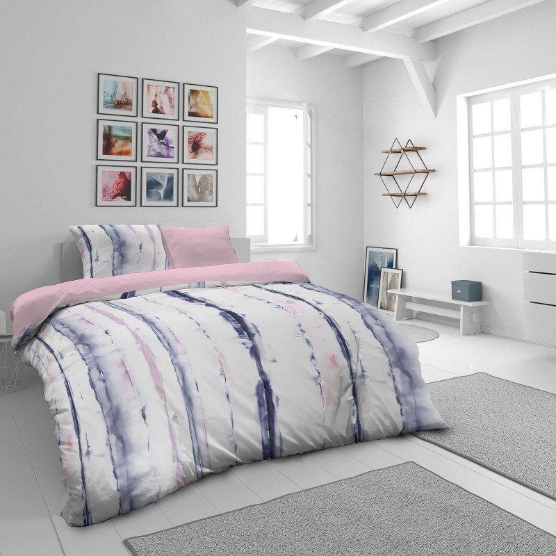Vreme je za potpuno uživanje u modernim pamučnim posteljinama! Posteljina Waterflow od mekanog pamučnog satena, koji je satkan od visokokvalitetnog, tankog tkanja. Posteljina od satena je prekrasan ukras vaše spavaće sobe, a u isto vrijeme odličan izbor za udoban i ugodan san. Posteljina je periva na 40°C.