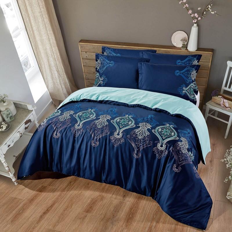 Vreme je za potpuno uživanje vezenim pamučnim posteljinama! Posteljina Nevia napravljena je od gusto tkanog pamučnog satena od visokokvalitetnog, tankog prediva. Posteljina od satena je tako divna dekoracija vaše spavaće sobe i istovremeno odličan izbor za ugodan i prijatan san. Dopustite da vas očara klasični dizajn sa vezenim detaljima. Posteljina se može prati na 40 ° C.