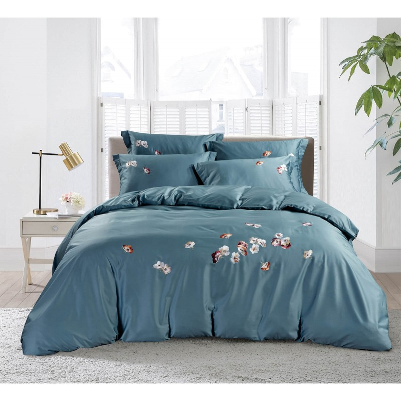 Vreme je za potpuno uživanje vezenim pamučnim posteljinama! Posteljina Belaja napravljena je od gusto tkanog pamučnog satena od visokokvalitetnog, tankog prediva. Posteljina od satena je tako divna dekoracija vaše spavaće sobe i istovremeno odličan izbor za ugodan i prijatan san. Dopustite da vas očara klasični dizajn sa vezenim detaljima. Posteljina se može prati na 40 ° C.