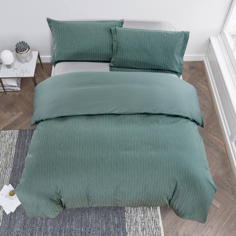 Vreme je za potpuno uživanje vezenim pamučnim posteljinama! Posteljina Livia napravljena je od gusto tkanog pamučnog satena od visokokvalitetnog, tankog prediva. Posteljina od satena je tako divna dekoracija vaše spavaće sobe i istovremeno odličan izbor za ugodan i prijatan san. Dopustite da vas očara klasični dizajn sa vezenim detaljima. Posteljina se može prati na 40 °C.