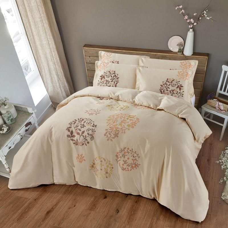 Vreme je za potpuno uživanje vezenim pamučnim posteljinama! Posteljina Iza napravljena je od gusto tkanog pamučnog satena od visokokvalitetnog, tankog prediva. Posteljina od satena je tako divna dekoracija vaše spavaće sobe i istovremeno odličan izbor za ugodan i prijatan san. Dopustite da vas očara klasični dizajn sa vezenim detaljima. Posteljina se može prati na 40 ° C.