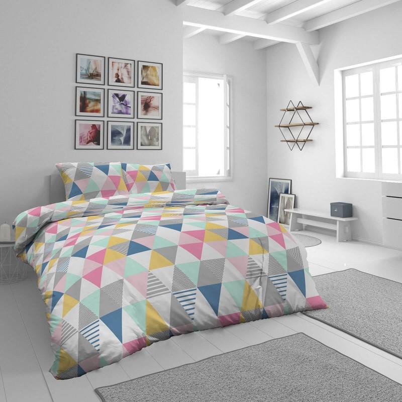 Vreme je za potpuno uživanje u modernim pamučnim posteljinama! Posteljina Svilanit Triangle Dreams od mekanog pamučnog satena, koji je satkan od visokokvalitetnog, tankog tkanja. Posteljina od satena je prekrasan ukras vaše spavaće sobe, a u isto vrijeme odličan izbor za udoban i ugodan san. Posteljina je periva na 40°C.