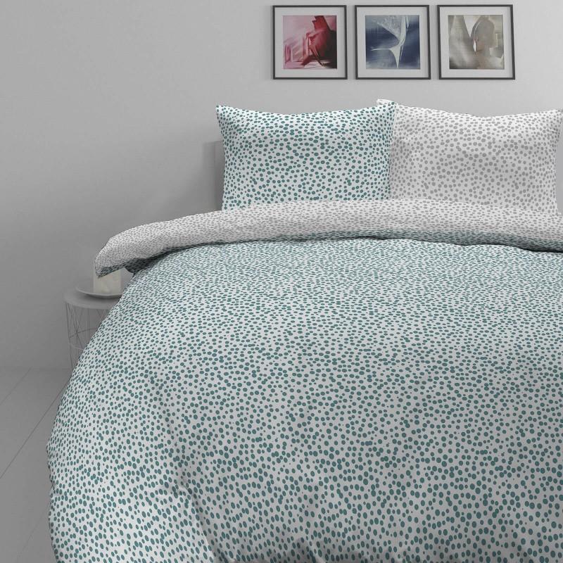 Vreme je za potpuno uživanje u modernim pamučnim posteljinama! Posteljina Svilanit Blue Dots od mekanog pamučnog satena, koji je satkan od visokokvalitetnog, tankog tkanja. Posteljina od satena je prekrasan ukras vaše spavaće sobe, a u isto vrijeme odličan izbor za udoban i ugodan san. Posteljina je periva na 40°C.