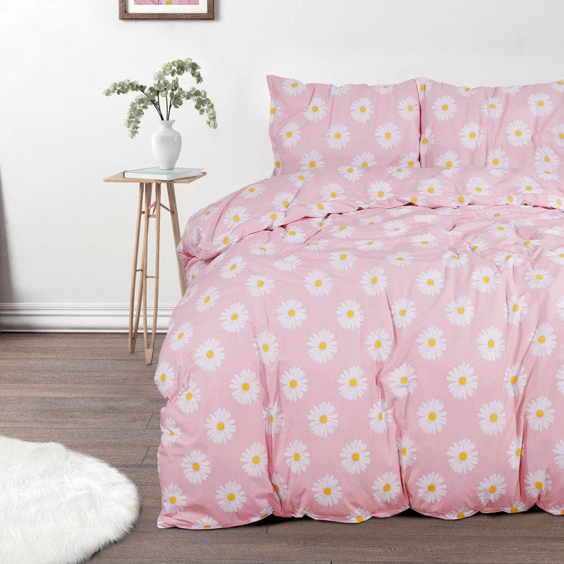 Vreme je za potpuno uživanje u modernim pamučnim posteljinama! Posteljina Svilanit Daisy Dreams napravljena je od renforce platna, koje se smatra mekanom tkaninom i lakom za održavanje. Očaraće vas modernim dizajnom. Posteljina je periva na 40 °C.