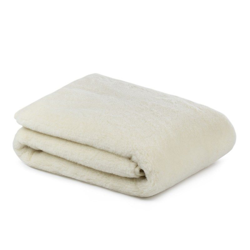Topli zimski pokrivač Merino, oduševiće vas udobnošću i toplinom tokom najhladnijih zimskih meseci. Vuneni pokrivač je savršen izbor za sve koji vole prirodne materijale. 100% merino vuna daje pokrivaču prozračnost jer reguliše telesnu temperaturu i efikasno uklanja vlagu tokom spavanja. Vuneni pokrivač je sinonim za toplinu i maksimalni komfor u hladnim zimskim noćima.