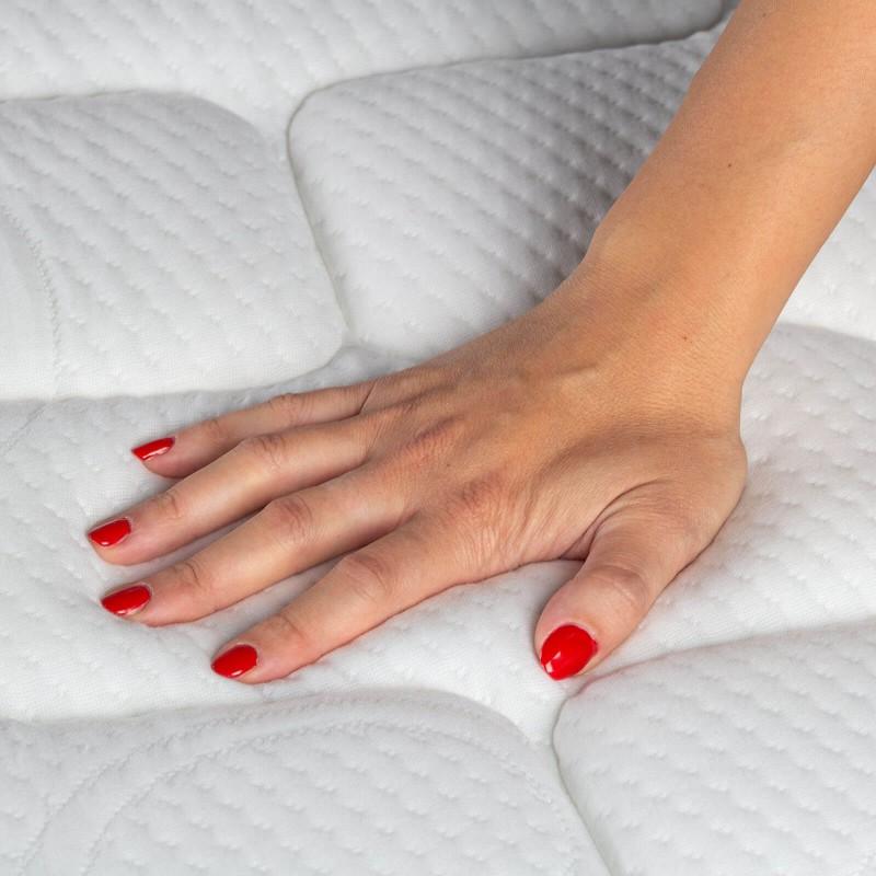 Tvrđi 7-zonski dušek s džepičastim oprugama, Hitex Zero Gravity Regular visok je 24 cm, što pruža potpunu potporu vašem telu i udobnost, tako da ćete ujutro biti odmorni i naspavani. Nezavisne džepičaste opruge u kombinaciji sa dodatnim slojem tvrđe elastične pene u jezgru i 3 sloja poliuretanske pene u navlaci madraca osiguravaju savršeno prianjanje, pravilan položaj tela i pružaju vam opuštajući i miran san.